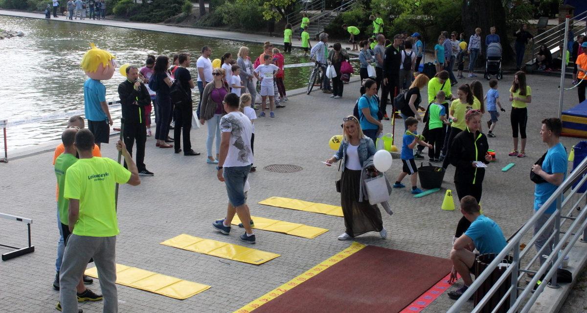 Miasteczko sportowe MOSiR Opole w trakcie trwania Maratonu Opolskiego